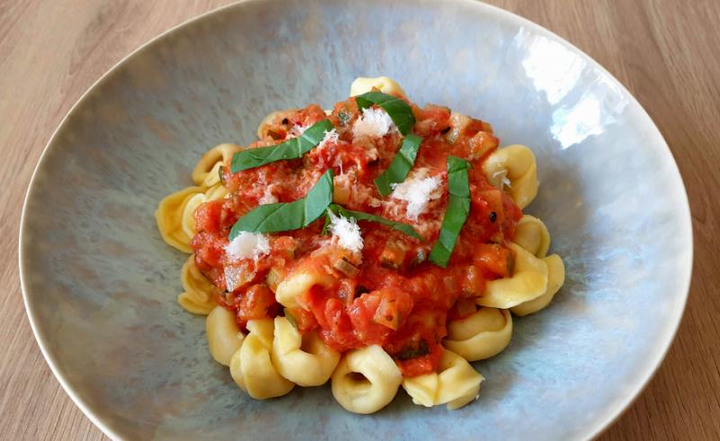 Tortellini met Chorizo-tomatensaus en Parmigiano Reggiano ~normale portie~