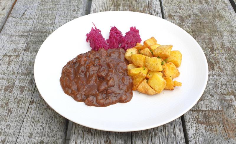 Zuurvlees met rode kool en gebakken aardappeltjes ~normale portie~