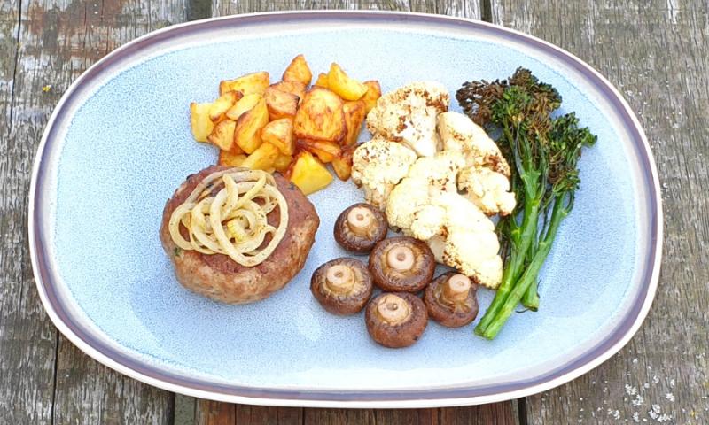 Kalfsburger met gepofte groenten en gebakken aardappelen
