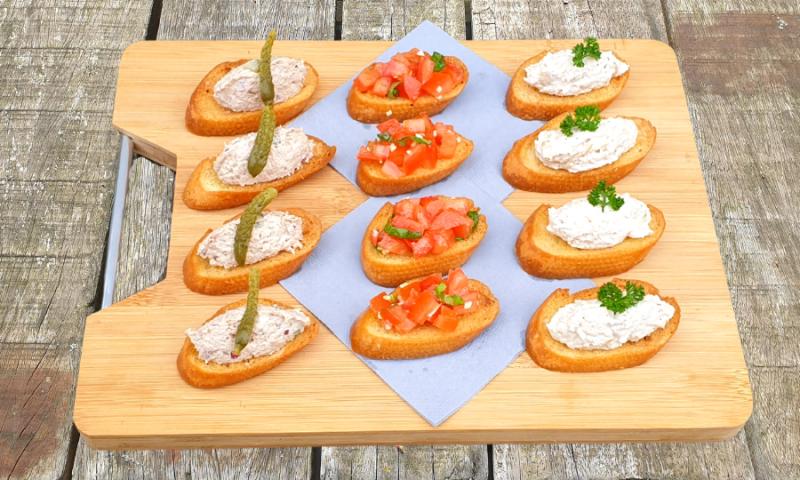 12 Crostini's met salades en tomaat-basilicum